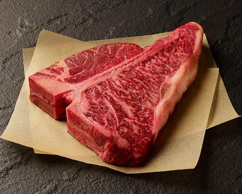 """Với người Nhật, thịt bò Wagyu được coi là """"cực phẩm"""". Một hộp cơm trắng dùng với thịt bò Wagyu có thể có giá 300 USD (gần 70 triệu đồng) thậm chí là cao hơn nữa!"""